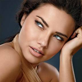 maybelline-foundation-dream-velvet-adriana-lima-beautyimage-1x1