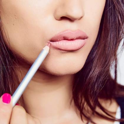 color-sensational-how-to-full-lips-step1-1x1