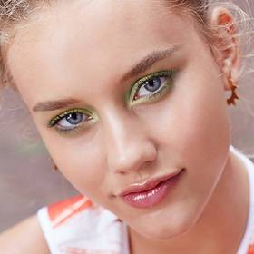 maybelline-tip-eye-how-to-expert-wear-green-eye-shadow-rimmed-emerald-eye-1x1
